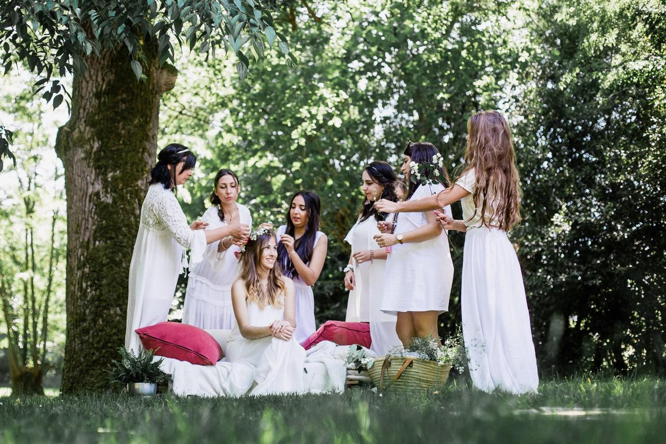 filles faisant atelier couronne de fleurs naturelles