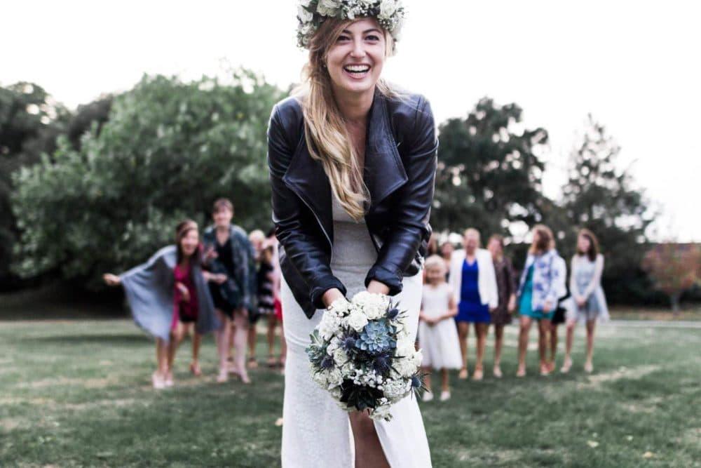 mariée et son lancer de bouquet avec les témoins
